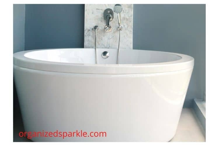 images of small bathtubs in small bathrooms